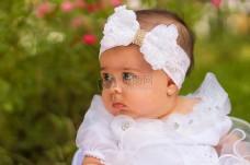 戴着发带的婴儿