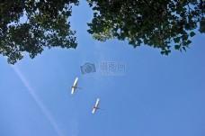蓝天中飞行的飞机