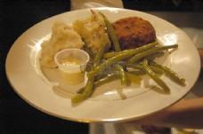 餐盘里的豆角和牛排
