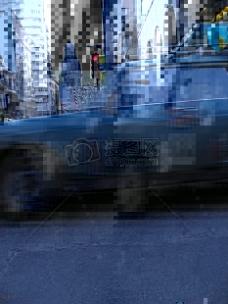 城市街道上的汽车