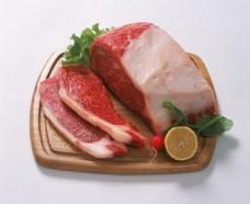 木砧板上的新鲜肉块图片