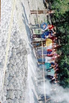 围观喷泉的人群