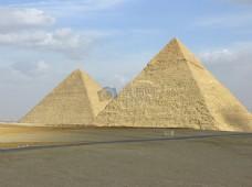 天空下的金字塔
