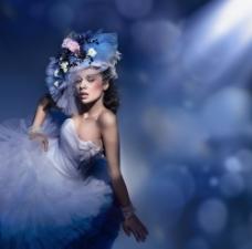 蓝色灯光下穿白色礼服的女人图片