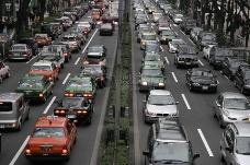 城市中穿梭的汽车