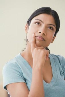 正在思考的女人图片