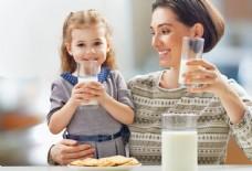 喝牛奶的母女图片