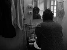 照镜子的男人