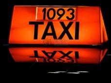 坐出租车的女孩
