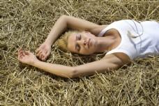 草地上闭目凝神的女性图片