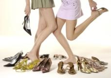 两个挑选鞋子试穿的女人下半身特写图片图片
