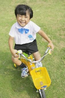 骑自行车的小朋友图片