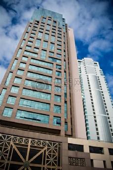 棕色和白色的混凝土建筑在白色和蓝色多云的天空