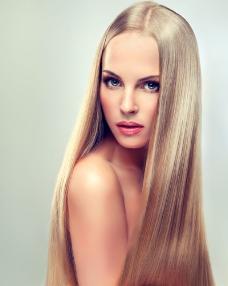 金色长发美女图片