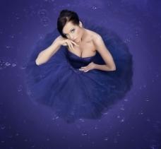 穿着紫色裙子的美女图片