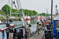 停靠岸的渔船