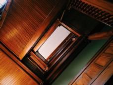 楼梯间仰拍图片