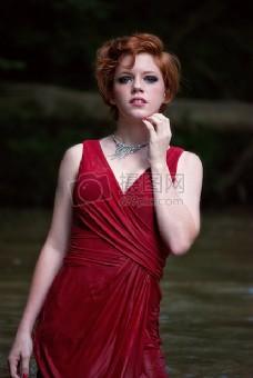 美丽的女人在红色礼服