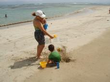 沙滩上的女子