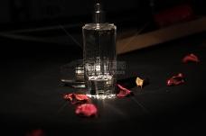 桌面上的香水瓶