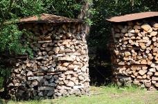 摆放整齐的木柴堆