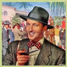 手握烟壶微笑的男子