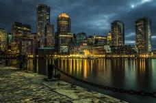 夜在本深蓝色的天空照亮城市的轮廓,