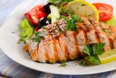 烤三文鱼与配料图片