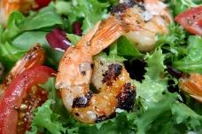 烤肉虾沙拉配虾生菜和绿色石灰