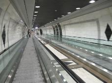 灯光下的隧道
