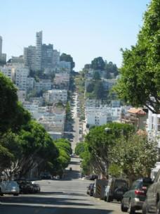 山丘上的城市街道