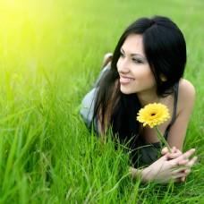 草地上的年轻美丽女人图片