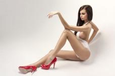 穿着红色高跟的时尚美女图片