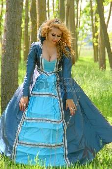 站在草地上的蓝衣女子