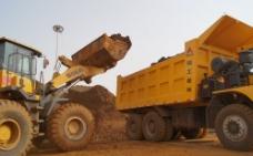 铁矿场挖掘机矿车施工图片