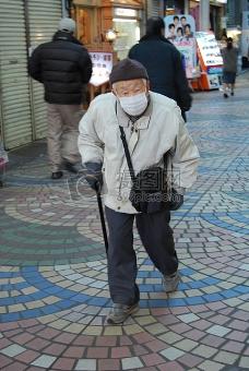拄着拐杖的老人