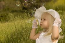 草地上的小女孩图片