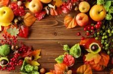木板上的水果和枫叶图片