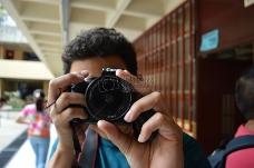 拿着照相机的男子