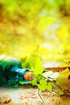 玻璃酒瓶梦幻光斑背景图片