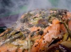 夏季新鲜鱼类食物,玫瑰彩色鱼牛排酒腌泡汁