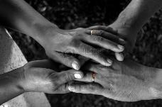 手上的金色戒指