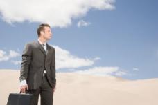 站在沙漠中的男人图片