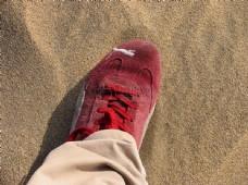 踩在沙滩上的脚