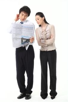 看报纸思考的商务男女图片