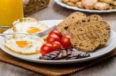 煎鸡蛋与面包图片