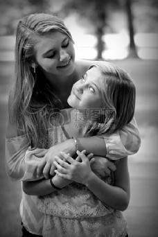 在母亲关爱下的小女孩