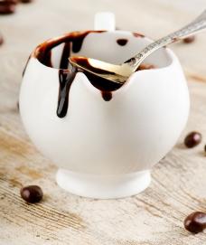 杯子与咖啡豆图片