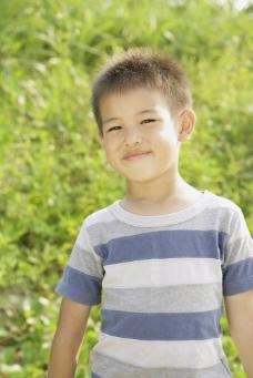 微笑的小男孩图片