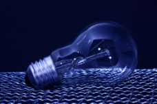 蓝色调电灯泡图片